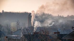 Walcz z trującym smogiem. Sprawdź, jak i czym palić w piecach