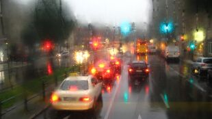 Jazdę utrudni deszcz ze śniegiem i silny wiatr